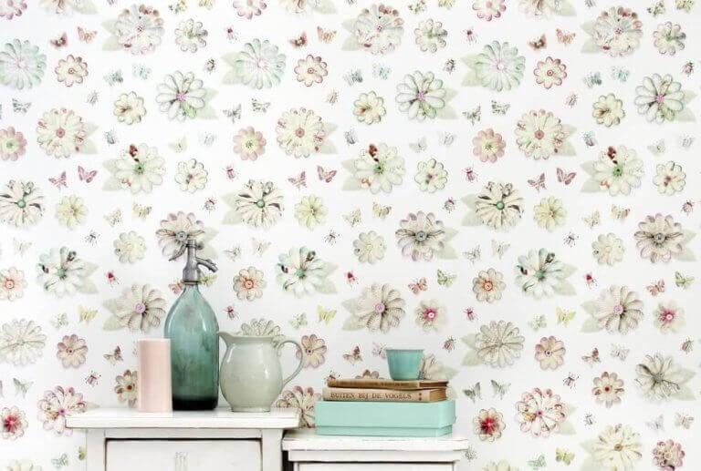 Behang met bloemen en vlinders