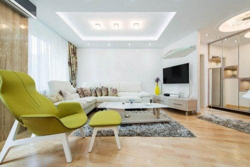 Woonkamer met grote plafondlamp