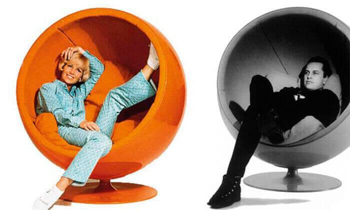 Vrouw in een oranje stoel
