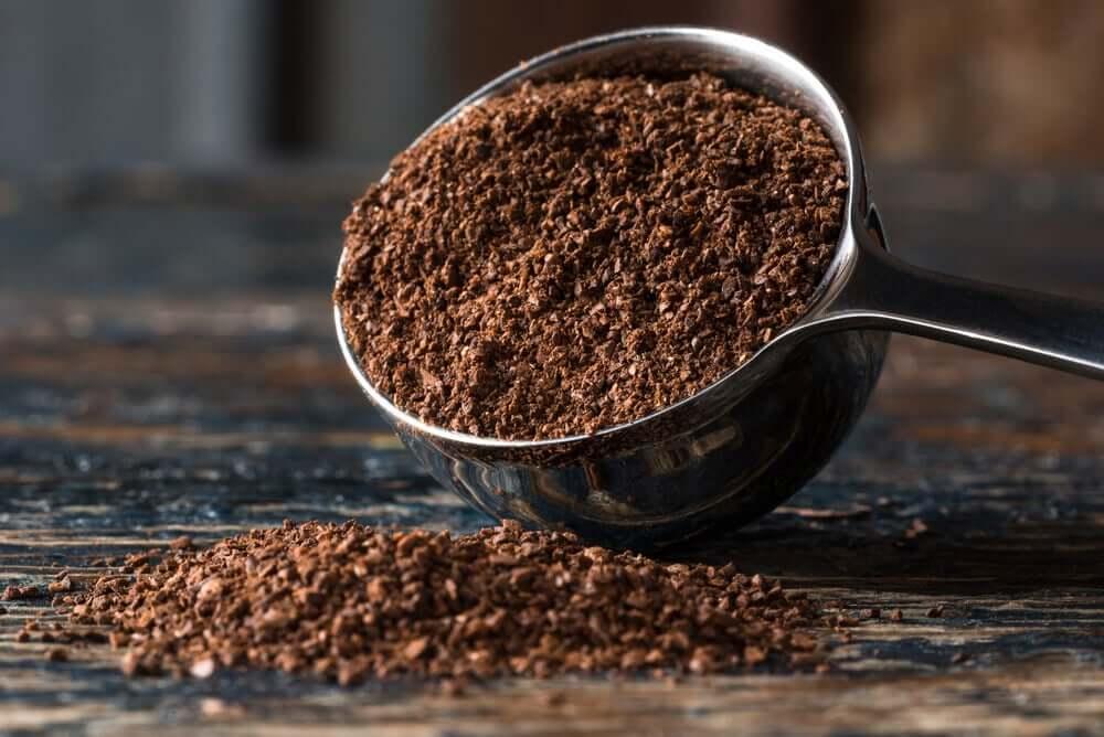 Koffie om afvoerluchtjes te elimineren