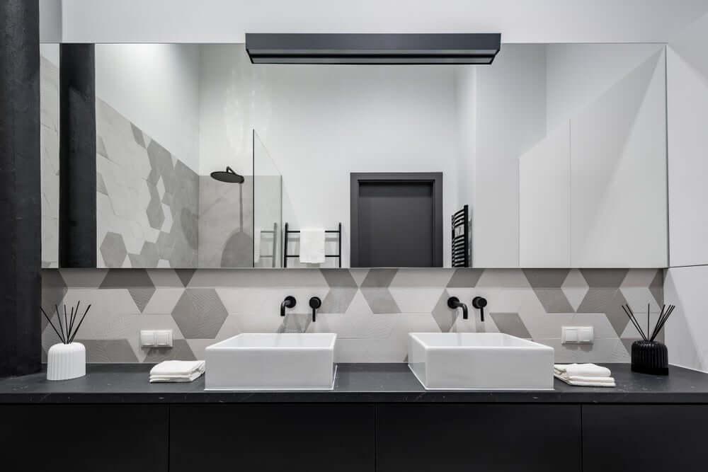 Wasbakken met een enorme spiegel