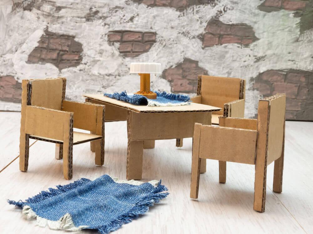 Tafeltjes en stoeltjes van karton