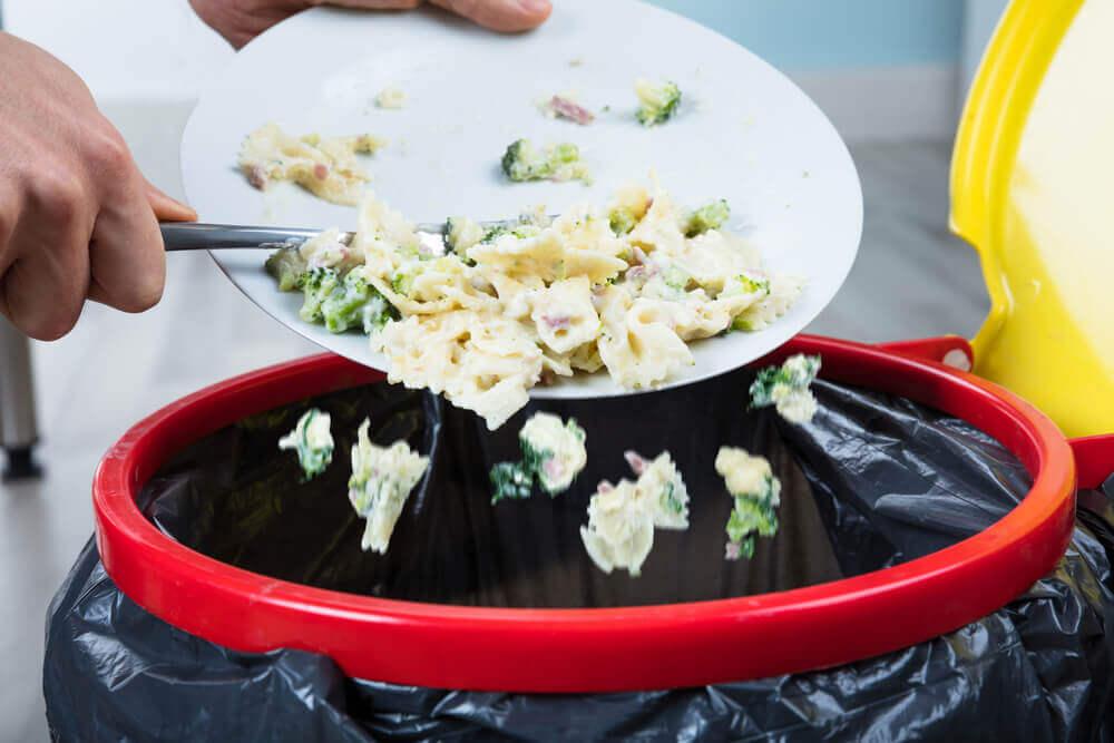 Bord met eten gaat in de vuilnisbak