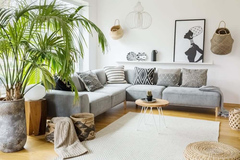 Woonkamer met verschillende decoratieve stijlen