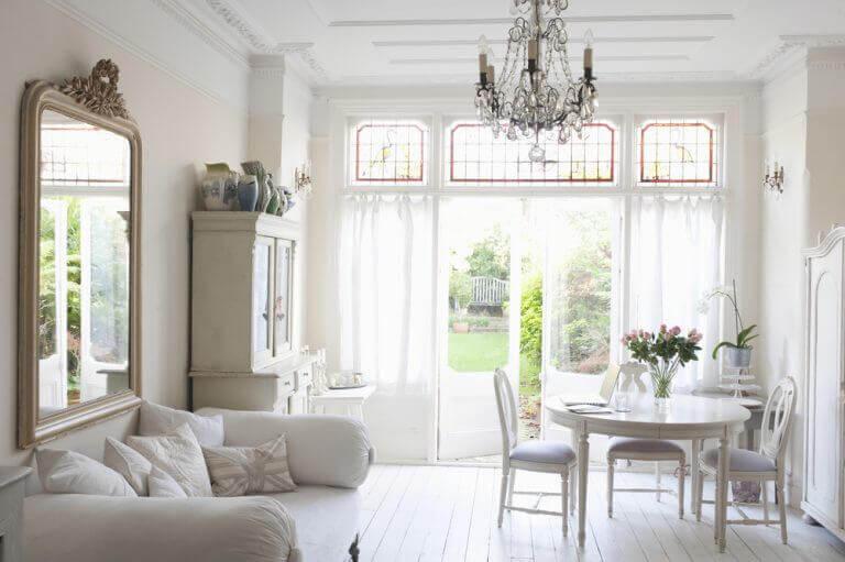 Klassieke woonkamer met grote spiegel