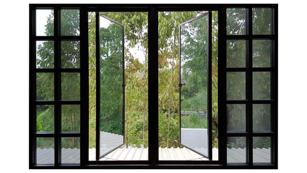 Hoge ramen en openslaande deuren