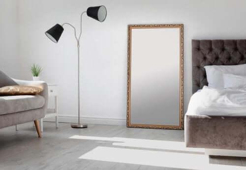 Grote spiegel in een slaapkamer