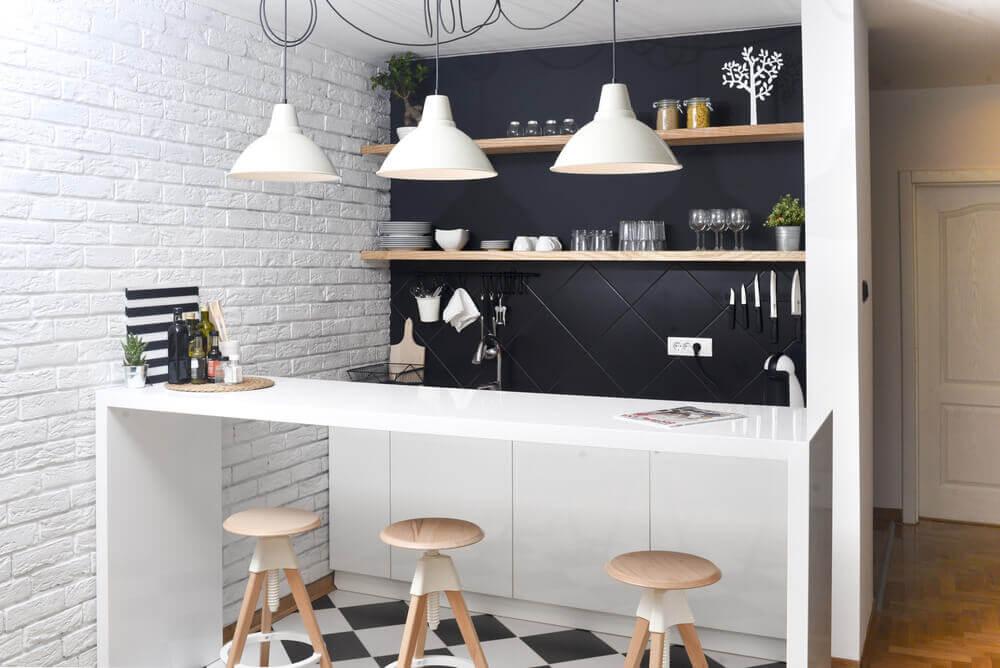 Keuken met witte hanglampen