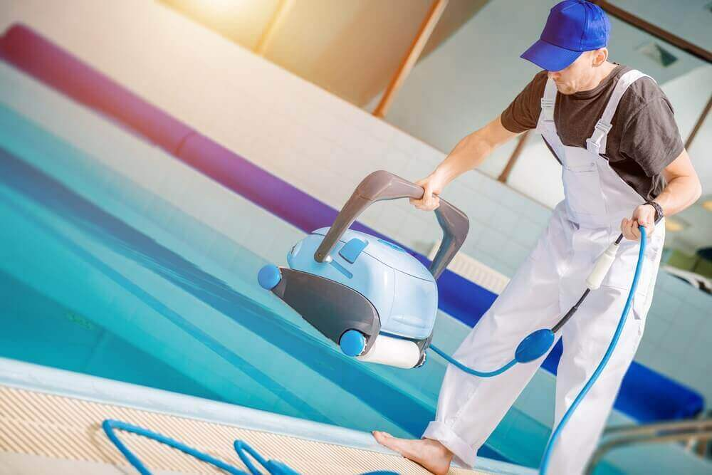 Man plaatst robot in zwembad