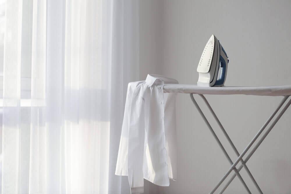 Strijkplank met een wit overhemd