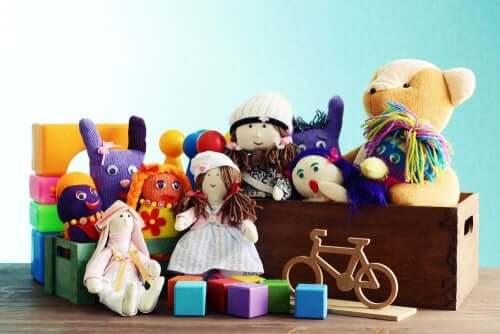 Speelgoed van kinderen op een rij