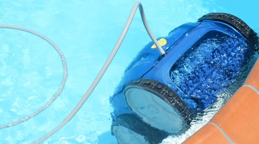 Wand van een zwembad reinigen