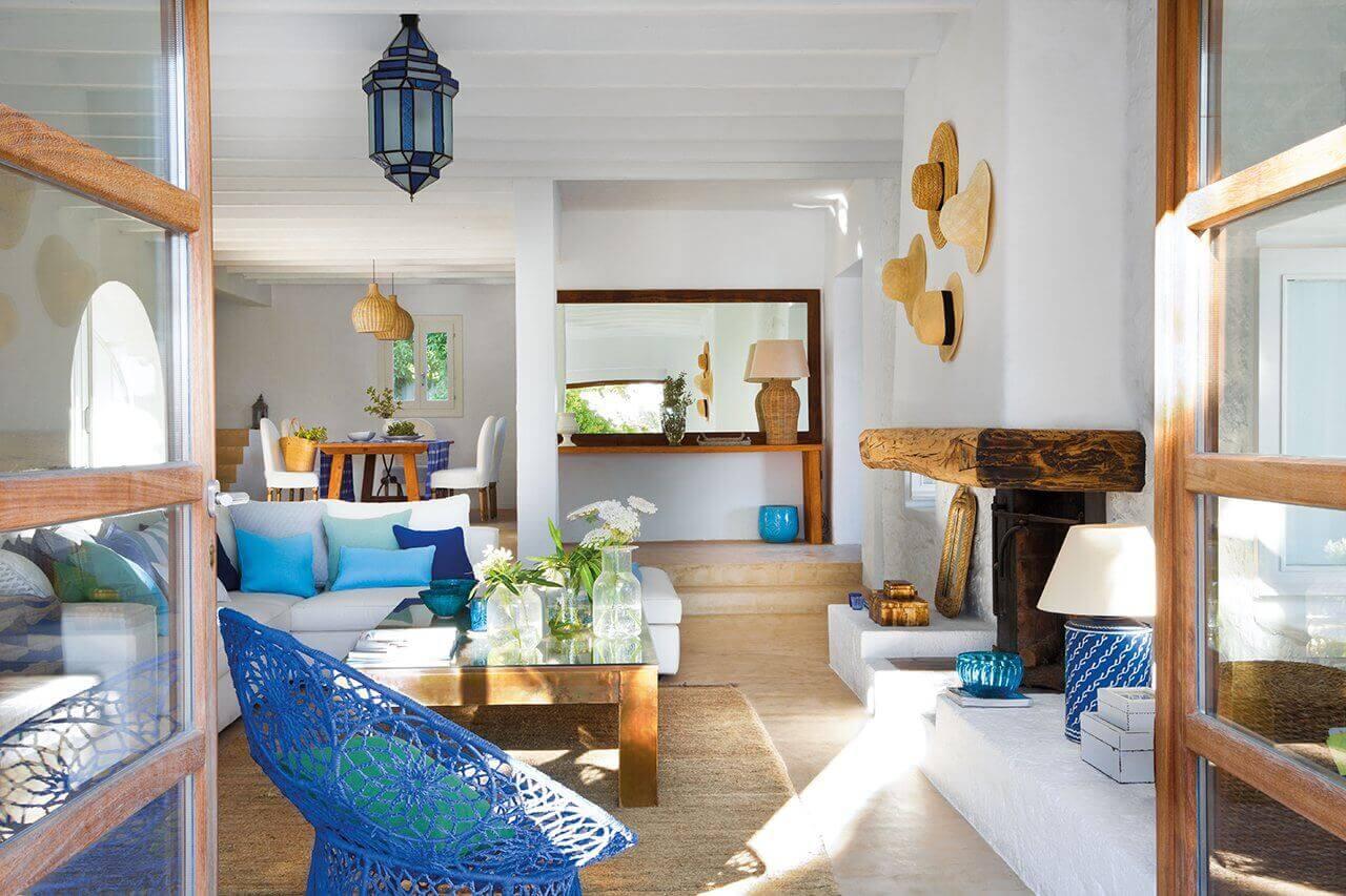 Blauwe elementen in een woonkamer