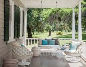 Een veranda in Amerikaanse stijl met zuilen en stoelen