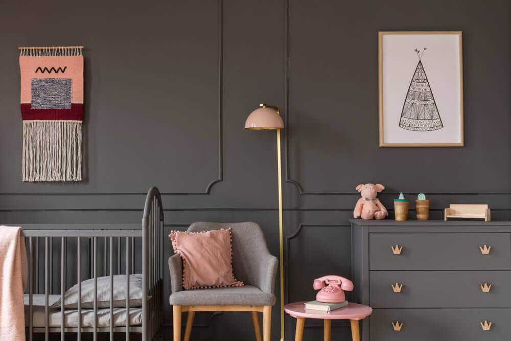 Babykamer in donkergrijs en zalm