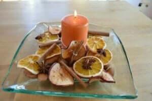 Gedroogd fruit en een kaars