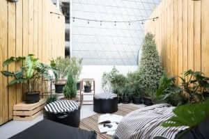 Een externe ontspanningsruimte met hout