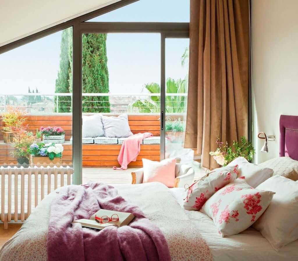 Een slaapkamer met een buitenterras