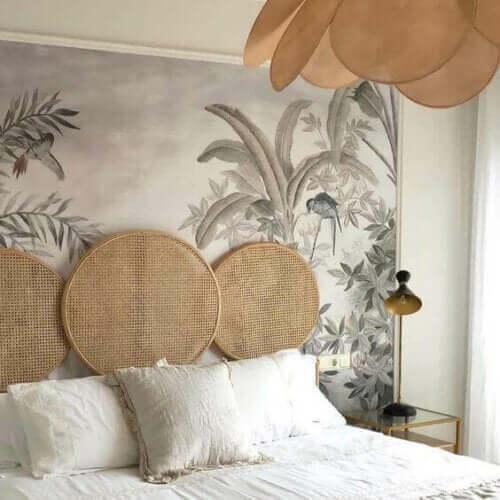 Een slaapkamer met een tropisch thema