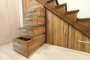 Het gebruik van lades in de ruimte onder de trap
