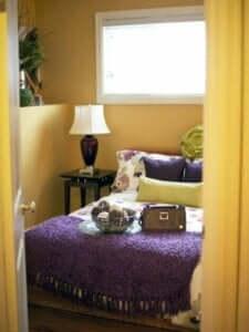 Kleurenschema's voor je slaapkamer: paars, geel en grijs