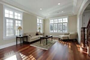 Woonkamer met houten vloer
