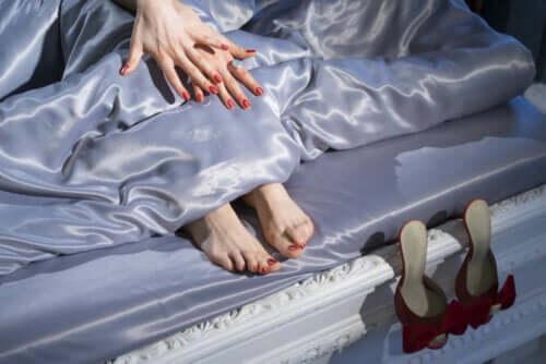 Bed met lakens van satijn