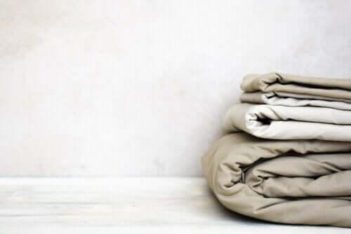 Een set beige lakens