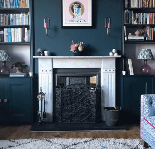 Pruisisch blauw op een woonkamermuur