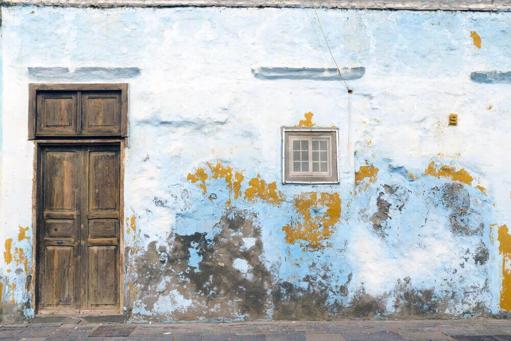 Wit huis met donkere vlekken