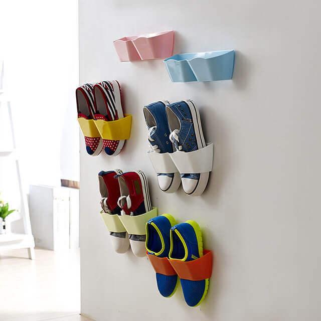 Schoenen hangen aan de muur