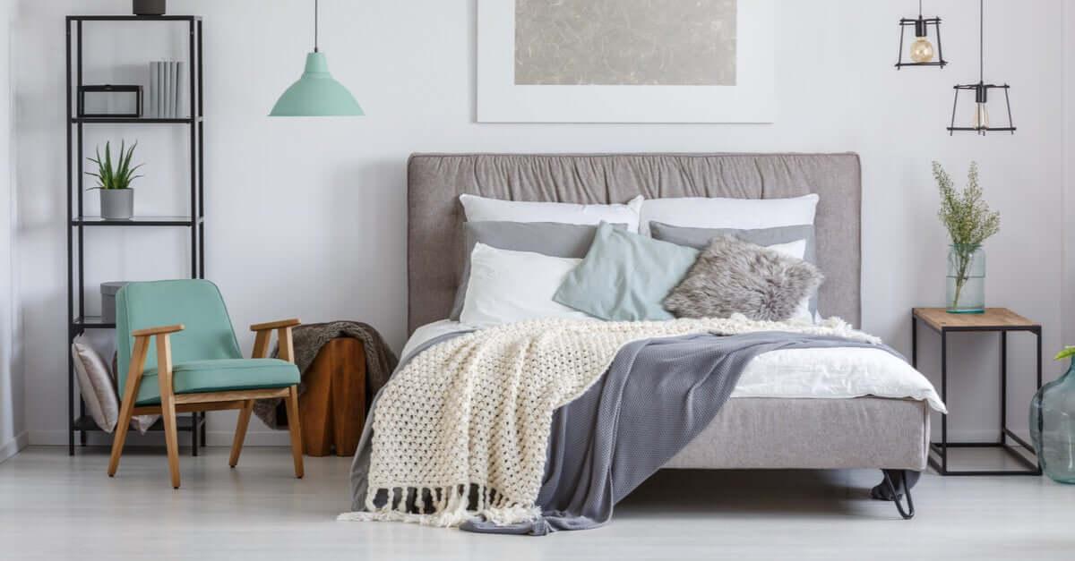 Een bed opmaken met kussens
