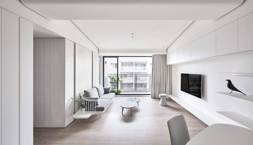 Woonkamer met een minimalistisch interieur