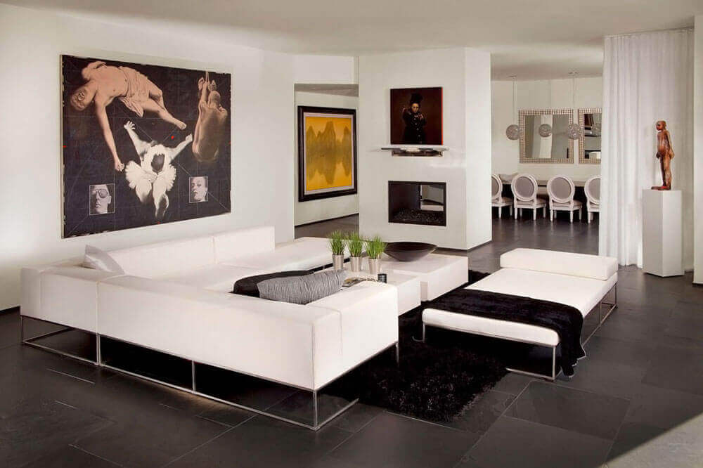 Woonkamer met eeb minimalistisch interieur