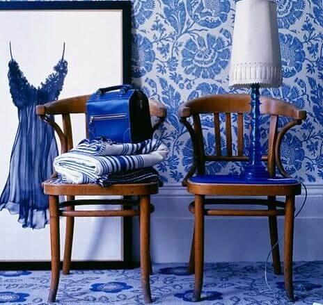 Een kamer ingericht met blauw