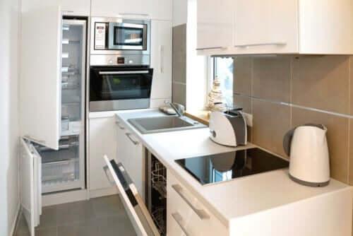 Hoe je de keuken van een micro-appartement decoreert