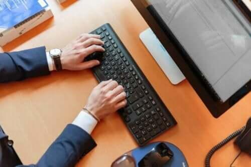 Man achter zijn computer