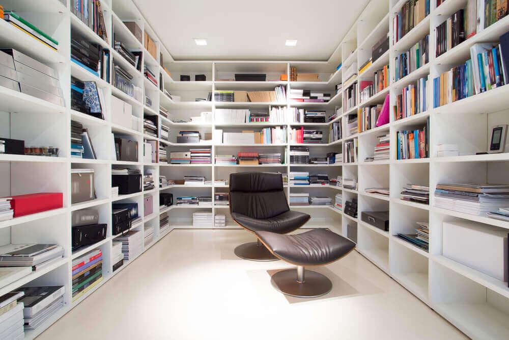 Strakke ruimte met veel boeken
