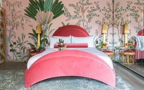Slaapkamer met een tropisch interieur