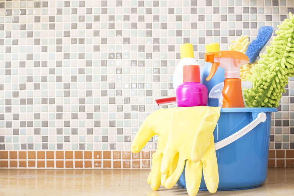 Schoonmaakproducten in een emmer