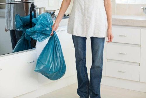 Zet voor de geuren in huis het vuilnis buiten