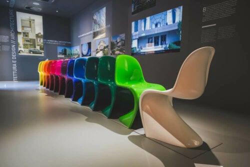 Rij gekleurde Panton-stoelen