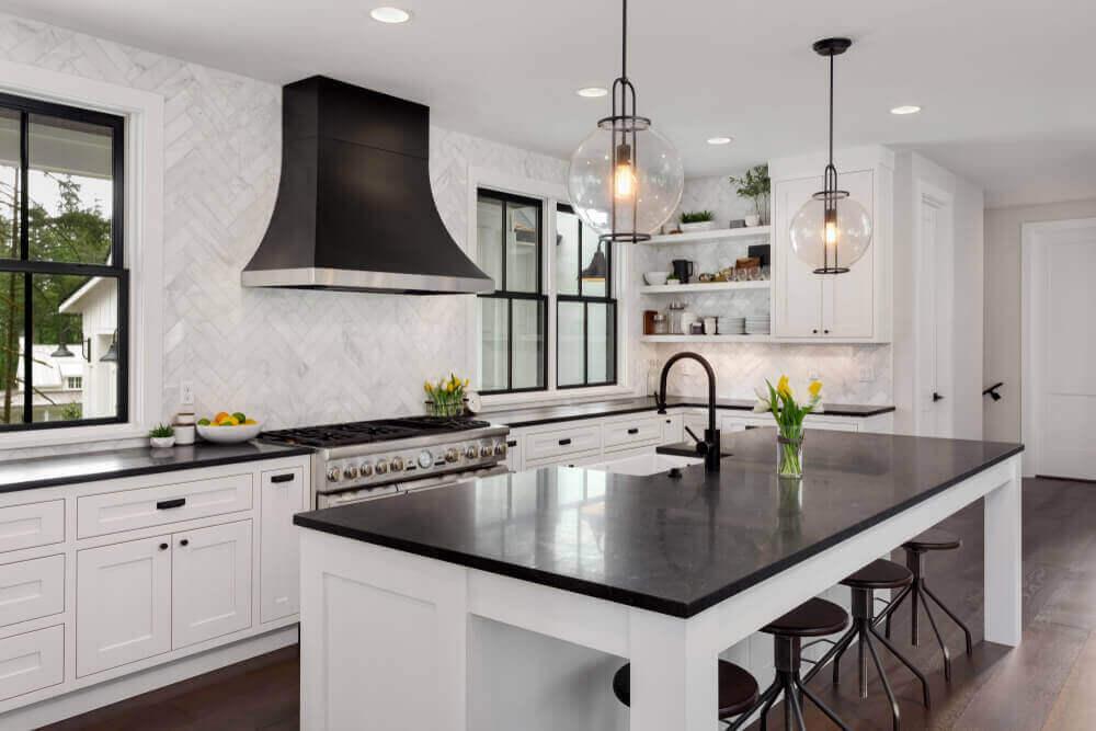 Keuken met zwarte accenten