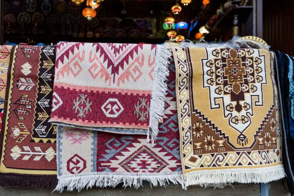 Stapel tapijten met een patroon