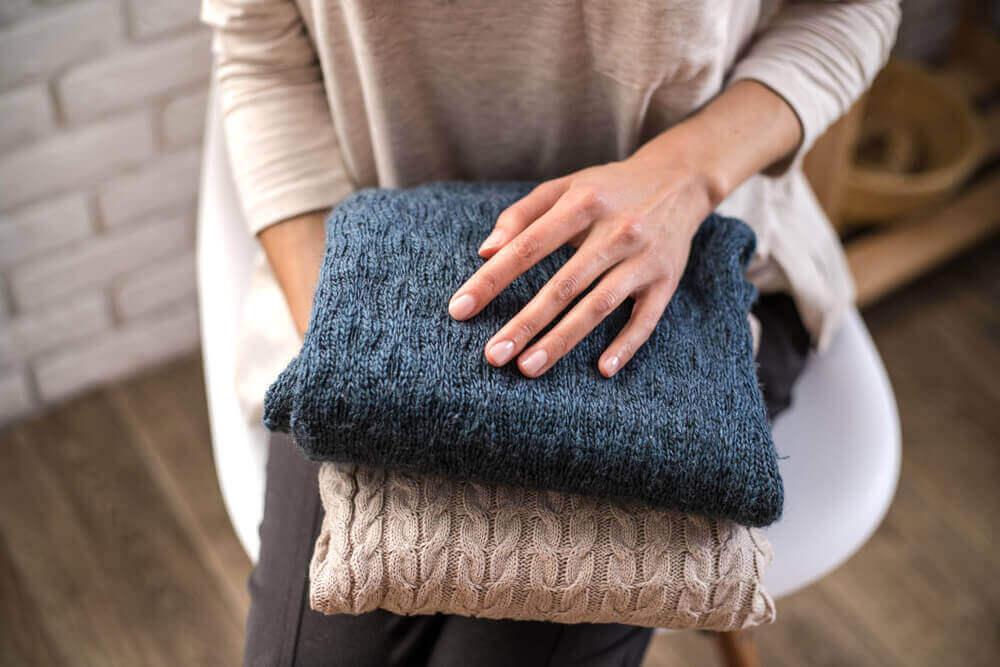 Vrouw heeft truien vast
