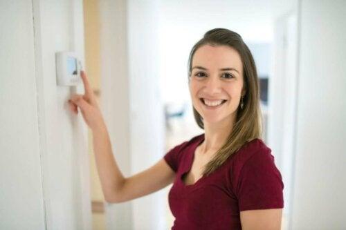 Vrouw stelt een thermostaat in