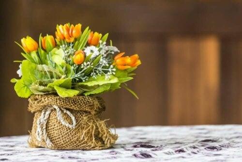 Bloemschikken: tulpen in een zakje