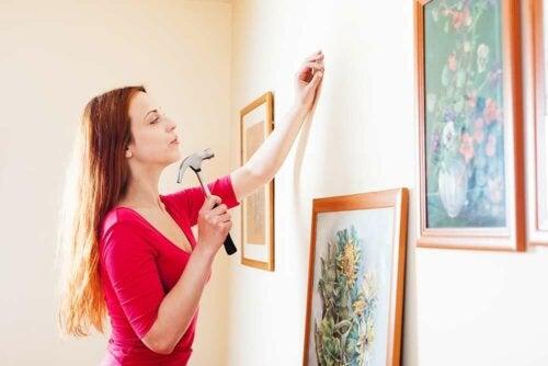 Vrouw hangt schilderij