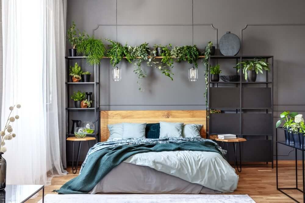 Slaapkamer met een donkere muur
