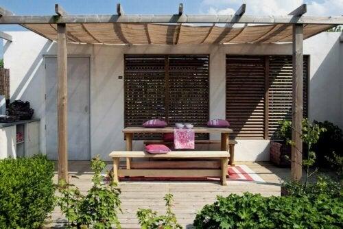 De beste kleuren voor binnenplaatsen en patio's